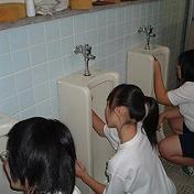 素手でトイレそうじ
